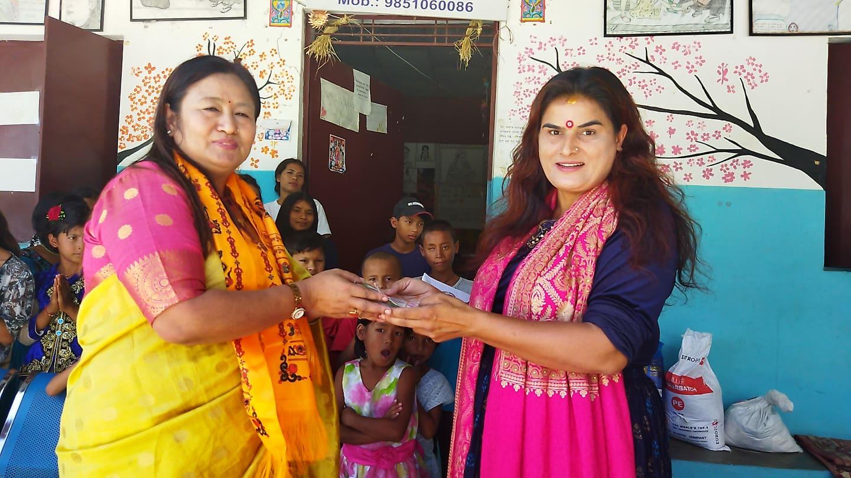 दशैं मनाउन तमुधि यूके आमा समूहबाट पवित्र सेवा नेपाललाई एक लाख ३५ हजार सहयोग